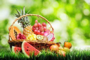 verdura y fruta en cesta